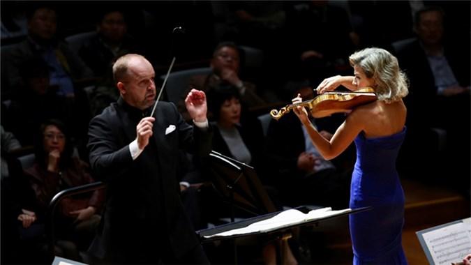 """穆特携手指挥家马切特·特瑞克和华沙交响乐团为观众献上《第二小提琴协奏曲""""变形""""》。 牛小北/摄"""