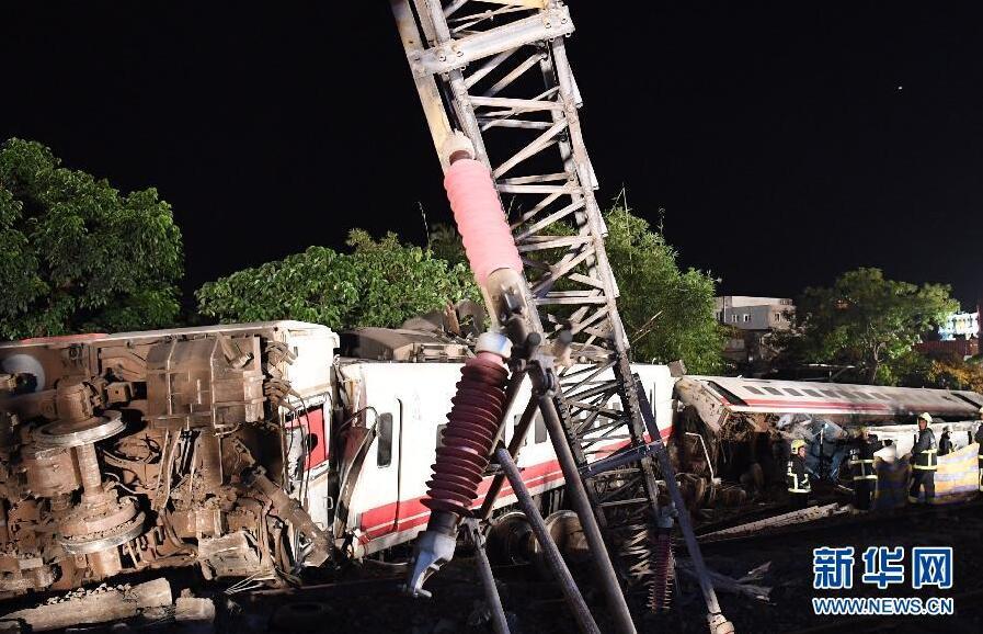 这是10月21日拍摄的列车出轨翻覆事故现场。  新华社记者金良快摄