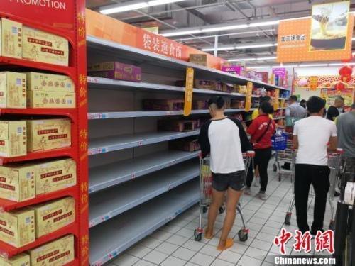 资料图:超市的方便面货架被一扫而空 翟李强 摄