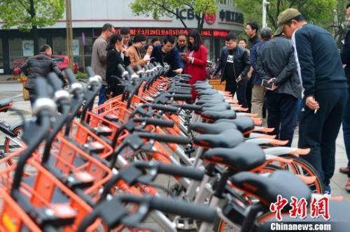资料图:市民体验共享单车。 钟欣 摄