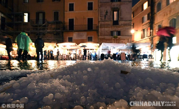 意大利遭遇罕见暴雨冰雹天气 汽车被冻在路上动弹不得
