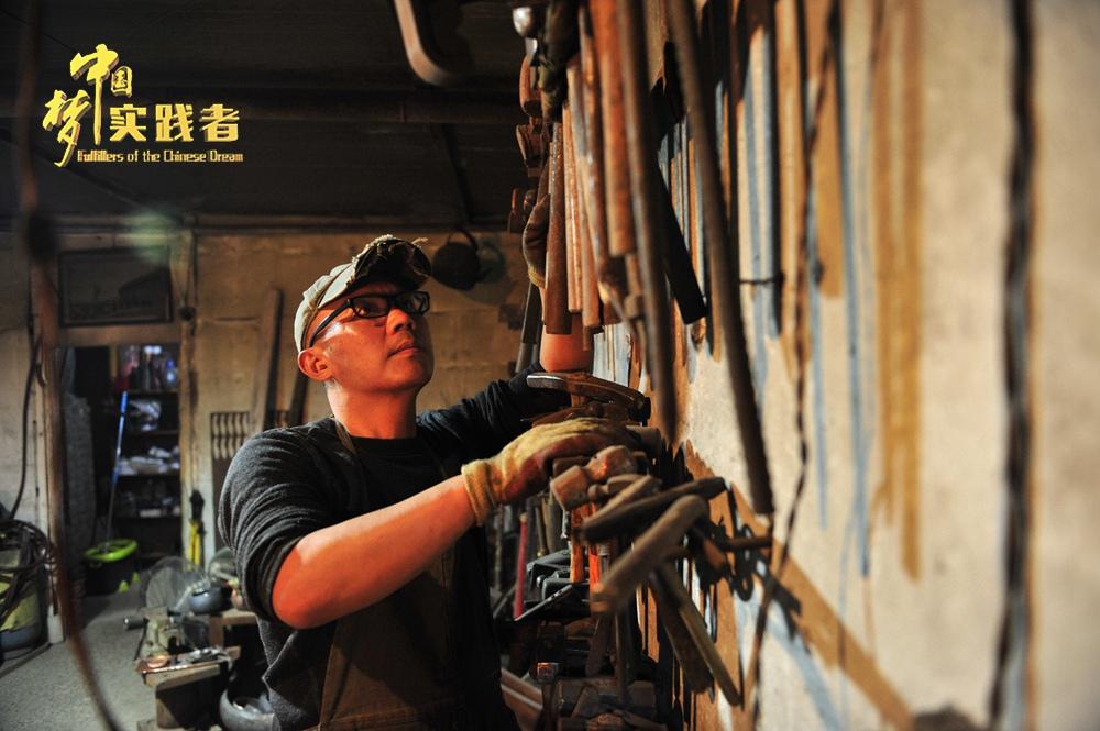 """蔡德全出生于云南临沧,毕业于云南艺术学院,主攻油画专业。1996年离开云南老家来到北京闯荡。""""原来做绘画和雕塑创作的时候,我就会经常用到铁匠的技艺,后来发现铁匠铺越来越难找,后来几乎就找不到了,我意识到这门技艺正在被迅速边缘化,未来面临的可能就是消亡"""",蔡德全说。"""