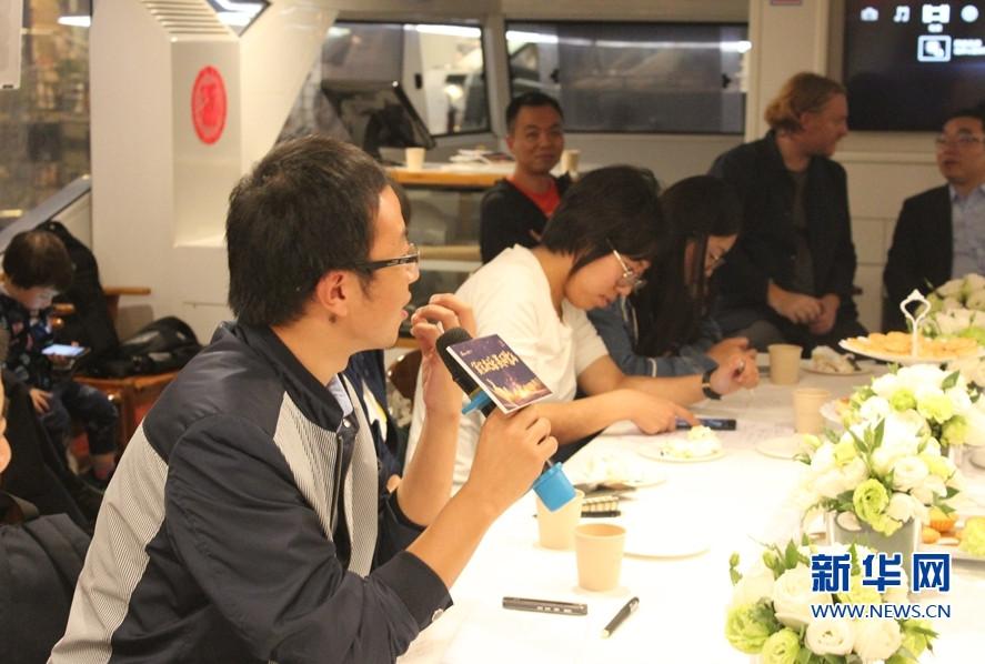 活动现场,一名媒体人向嘉宾提问。新华网发(张榕议 摄)