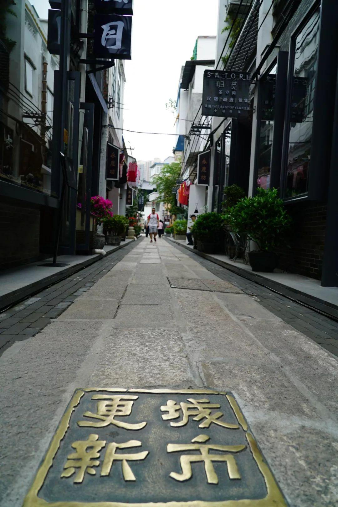 △永庆坊保持了传统街道的肌理结构,更多年轻人往来其间。(央视记者关舟拍摄)