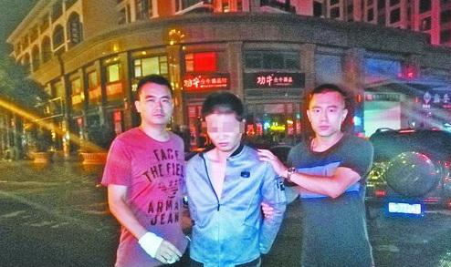 民警抓获吸毒嫌疑人张某。(警方供图)