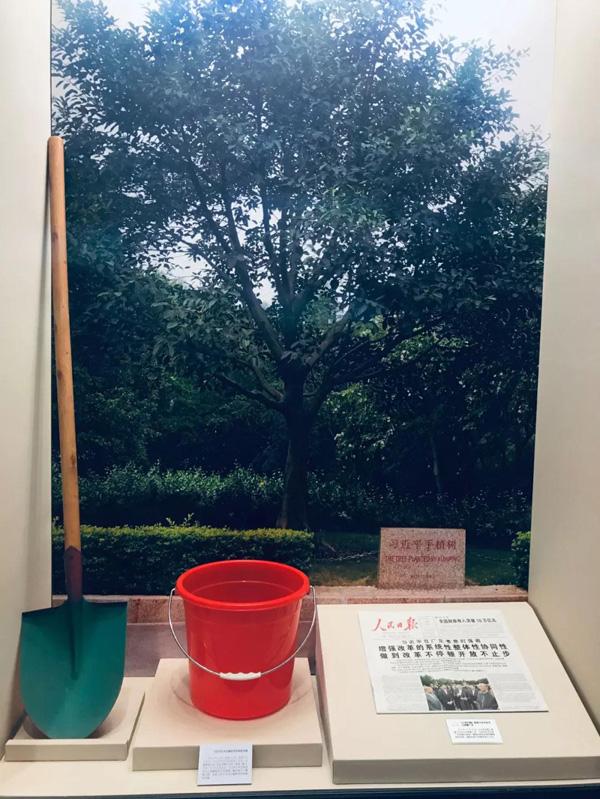 这是习近平2012年12月8日在莲花山植树时用的铁锹和水桶。(广东改革开放40周年展览展品)