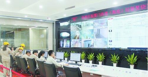 ▲工作人员在垃圾焚烧发电厂中控室紧盯设备运行情况。