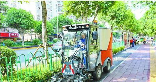 近年来,我市环卫作业机械化水平不断提升。图为垃圾清扫车在非机动车道上清扫。