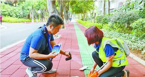 考评员对背街小巷卫生保洁开展专项考评。
