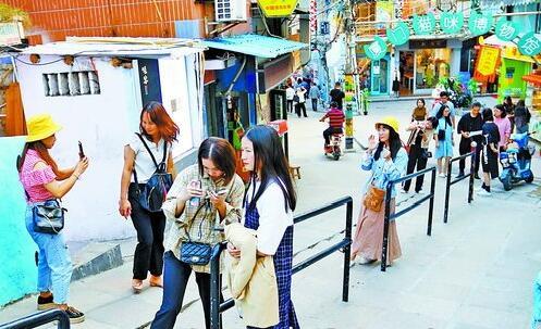 昨日气温回升,在顶澳仔猫街游玩的市民游客,有的穿长袖,有的穿短袖。