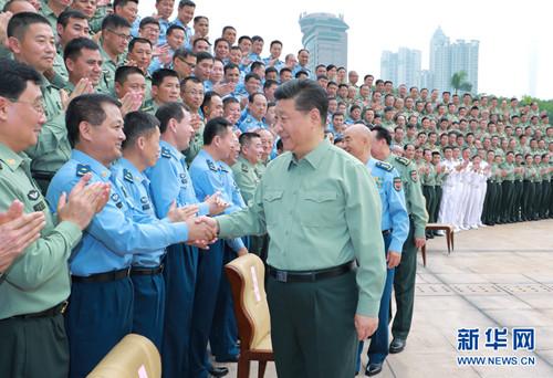 10月25日上午,中共中央总书记、国家主席、中央军委主席习近平到南部战区视察调研。这是习近平亲切接见驻广东部队副师职以上领导干部。 新华社记者李刚 摄