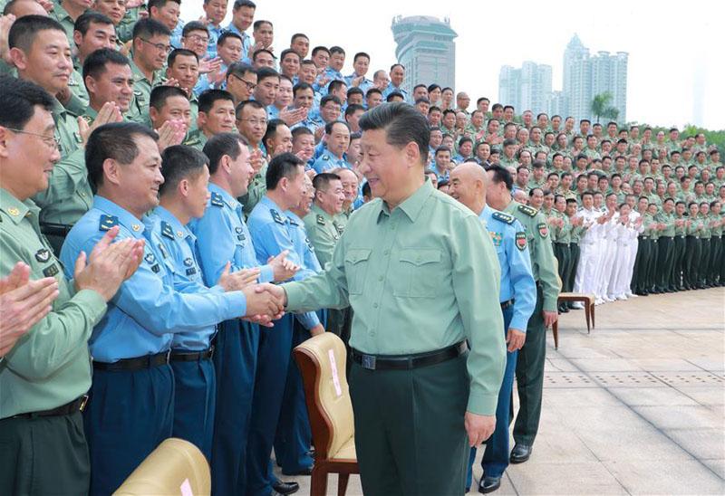 10月25日上午,中共中央总书记、国家主席、中央军委主席习近平到南部战区视察调研。这是习近平亲切接见驻广东部队副师职以上领导干部。