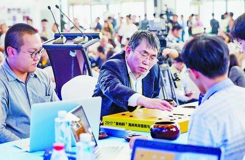"""去年海峡两岸文博会上,""""棋圣""""聂卫平在厦门和人工智能""""联手作战""""。"""