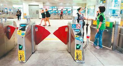 台湾地铁站内设有无障碍通道和服务铃。