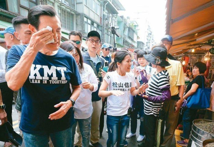 马英九(左一)日前陪同国民党台北市议员参选人徐巧芯(左三)扫街拜票,天气炎热、频频拭汗。(图片来源:台湾《联合报》)