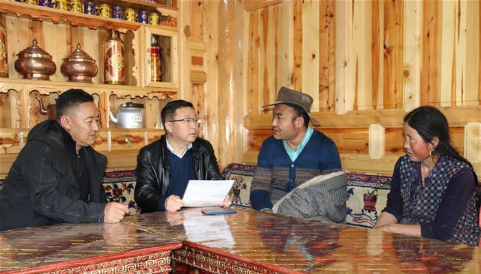 刘永革(左二)在那吾镇塔瓦行政村调研精准扶贫工作(10月21日摄)。