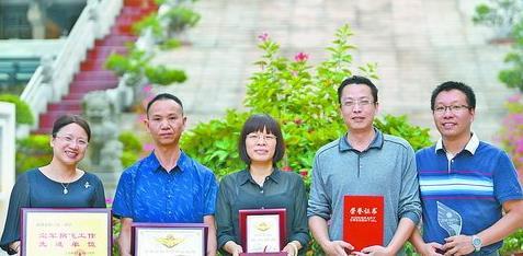 苏汉斌的家长(左起二、三位)与获得2018年空军招飞的先进单位和先进个人一同合影