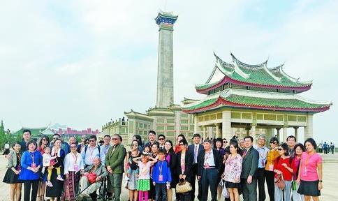 陈嘉庚后裔访问团在集美鳌园留影