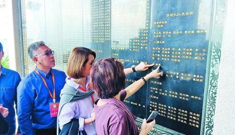 ▲陈嘉庚后裔观看刻有南侨机工名单的石壁
