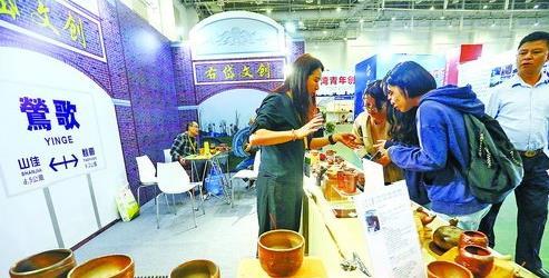 第十届海峡两岸文博会现场,台湾莺歌小镇的特色陶艺作品吸引了参第十届海峡两岸文博会现场,台湾莺歌小镇的特色陶艺作品吸引了参观者观者