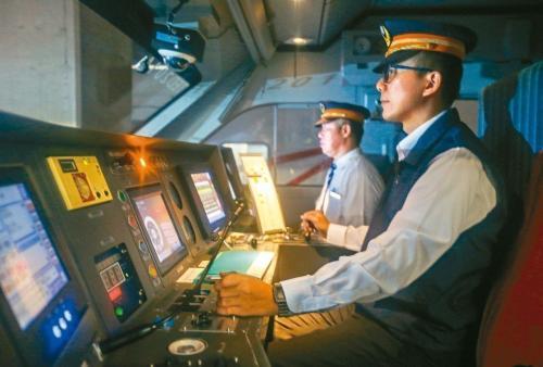 台铁普悠玛、太鲁阁列车实施双司机运行