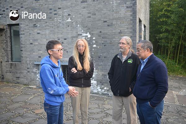 中国大熊猫保护研究中心饲养员和圣地亚哥动物园饲养员交接工作