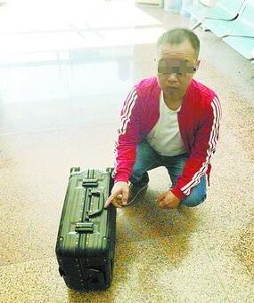 嫌疑人冀某龙将行李箱寄到机场公安分局,并且投案自首。(机场警方供图)