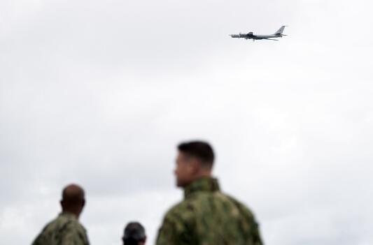 俄罗斯反潜战机低空飞越北约军演现场 美军看呆