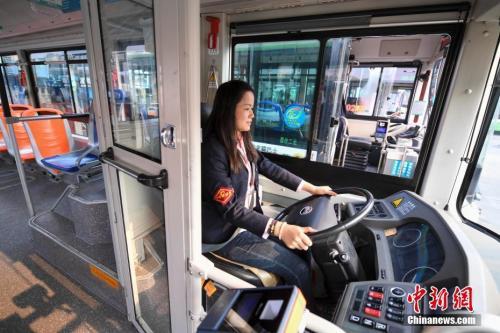 资料图:11月5日,湖南长沙123路的公交女司机在透明的驾驶隔离区驾驶汽车。中新社记者 杨华峰 摄