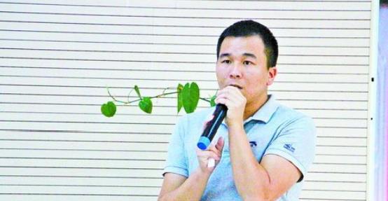 杨跃强宣讲家乡的发展故事。