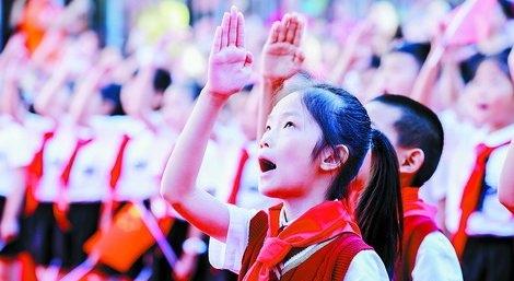 国庆到校参加升旗仪式的火炬学校学生。(市教育局供图)
