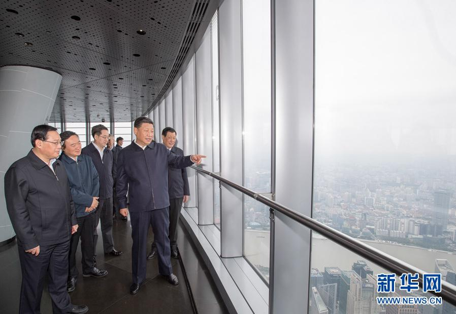 这是习近平在上海中心大厦119层观光厅俯瞰上海城市风貌。 新华社记者 李学仁 摄