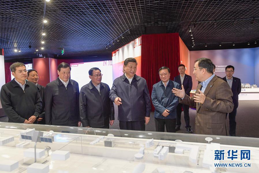 11月6日,中共中央总书记、国家主席、中央军委主席习近平在上海考察。这是习近平在张江科学城展示厅考察。 新华社记者 李学仁 摄