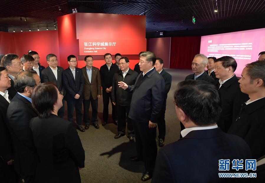这是习近平在张江科学城展示厅同在场的科技工作者亲切交谈。 新华社记者 李学仁 摄