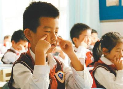武汉市红领巾学校学生正在做眼保健操。