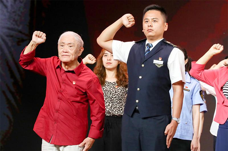 图为牛犇(左)在节目中与大家一起重温入党誓词