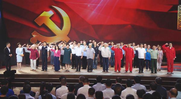 图为榜样和预备党员们共同重温入党誓词
