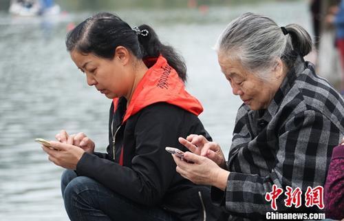 资料图:用户使用智能手机上网。中新社记者 刘占昆 摄