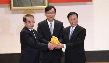 台湾交通部门负责人吴宏谋(中)见证下,卸任台铁局长鹿洁身(左)将印信交接给新任台铁局长张政源(右)。