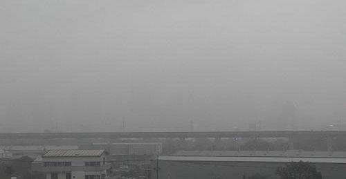 """8日早晨6点台中豪宅被空气污染包围,""""消失不见""""。"""