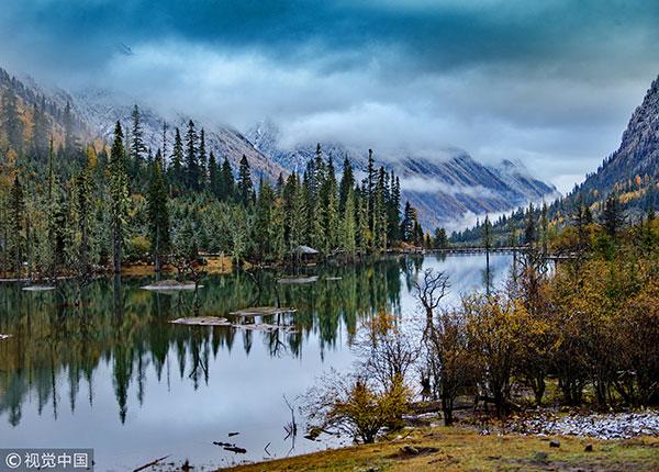 四川 达古冰川 达古冰山风景区长冬无夏,春秋相连,山顶积雪时间长达