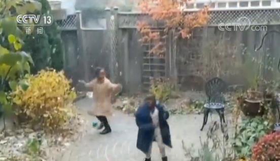 快�肪褪侨绱撕��危》侵�和�初�下雪 �_心地手舞足蹈