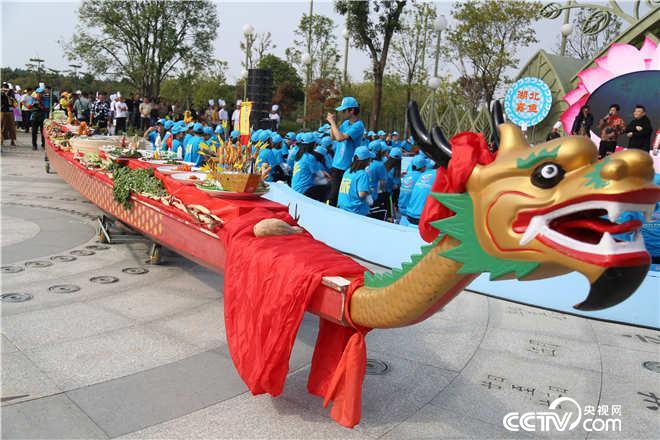 18米长的龙舟全鱼宴震撼出场!