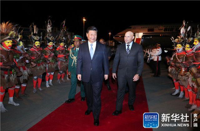 ↑11月15日,国家主席习近平乘专机抵达莫尔兹比港,开始对巴布亚新几内亚独立国进行国事访问、同建交太平洋岛国领导人会晤并出席亚太经合组织第二十六次领导人非正式会议。巴布亚新几内亚副总理埃布尔率政府高级官员在舷梯旁热情迎接。新华社记者 鞠鹏 摄