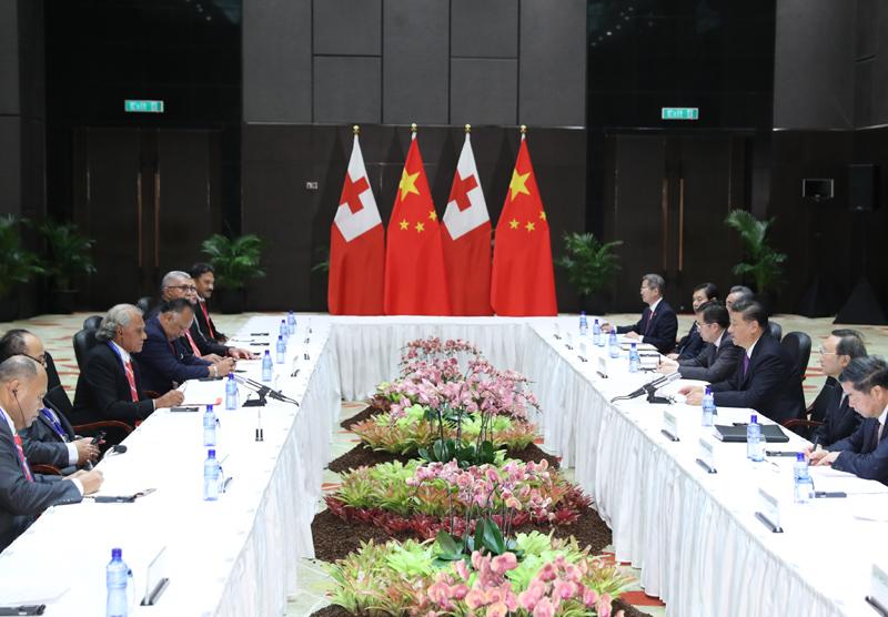 11月16日,国家主席习近平在莫尔兹比港分别会见建交太平洋岛国领导人。这是习近平会见汤加首相波希瓦。新华社记者 丁林 摄