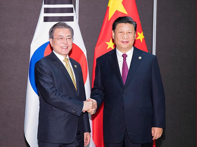 11月17日,国家主席习近平在莫尔兹比港会见韩国总统文在寅。新华社记者 黄敬文 摄