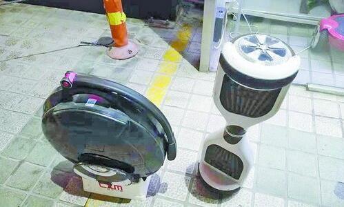 ▲嘉禾路附近某专卖店出售的独轮型和双轮型电动平衡车。