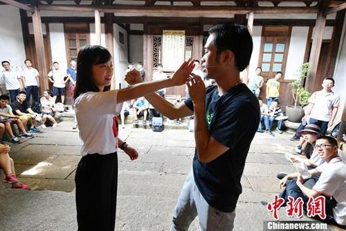 资料图:台湾高中生学习咏春拳。中新社记者 吕明 摄