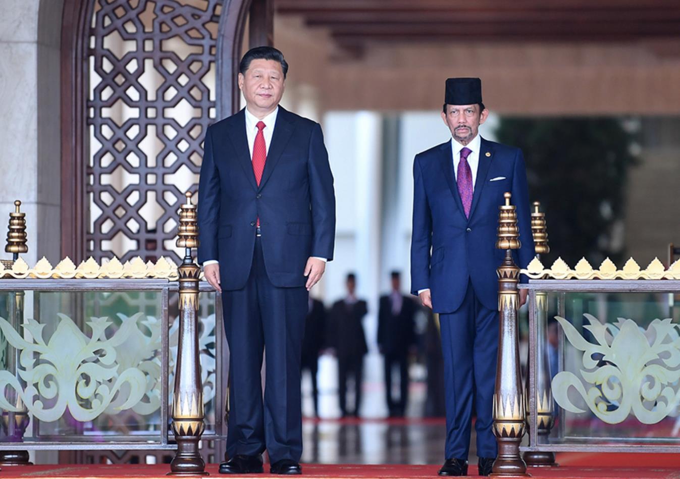 11月19日,国家主席习近平在斯里巴加湾同文莱苏丹哈桑纳尔举行会谈。这是会谈开始前,习近平出席哈桑纳尔在王宫前广场举行的盛大欢迎仪式。