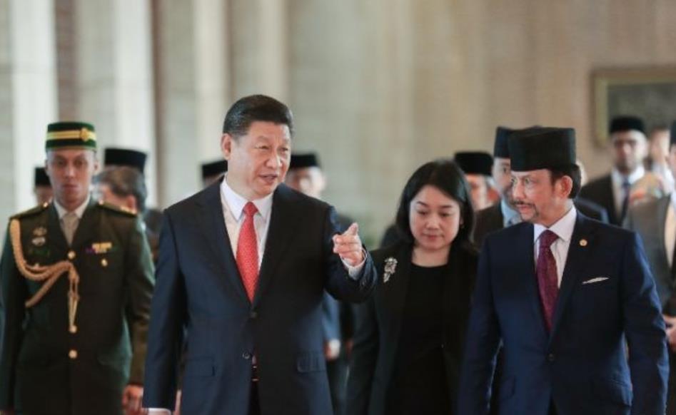 11月19日,国家主席习近平在斯里巴加湾同文莱苏丹哈桑纳尔举行会谈。这是习近平同哈桑纳尔亲切交谈。